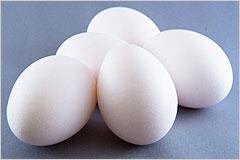 卵の写真。白い生卵が5個置かれている