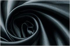 黒い布が渦のようにひだを寄せている写真