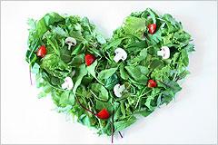 緑の葉野菜で作られたハート型の写真