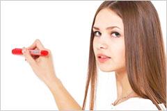 マジックペンを片手に持った外国人女性の写真