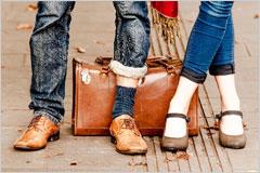 革靴を履いた男性と、パンプスを履いた女性の足元の写真