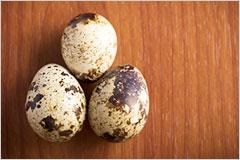 テーブルの上に置かれた、まだら模様の卵の写真