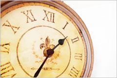 ローマ数字で書かれた古い時計の文字盤の写真