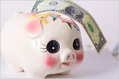ブタの貯金箱と紙幣の写真