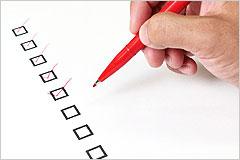 チェックリストに赤ペンでチェックを入れている写真