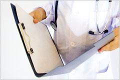 白衣の人物がファイルを開いている写真