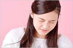 苦しそうな表情の女性の写真