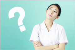腕組みして疑問の表情を浮かべた白衣の女性の写真