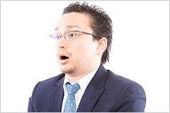 驚いた表情のビジネスマンの写真