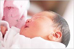 産まれたばかりの新生児の赤ちゃんの写真