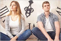 横並びに座っている男女カップルの写真