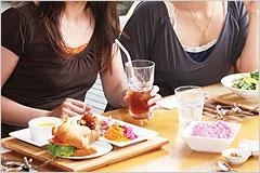 数人の女性が食事をしている写真