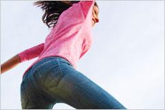 ジャンプしている女性の写真