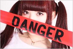 DANGERと書かれたテープを持った女性の写真