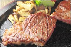 鉄板に盛りつけられたステーキの写真