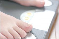 足が乗った体重計の写真
