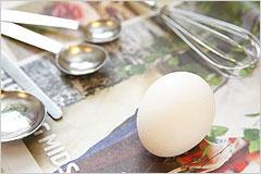 卵とさまざまな調理器具の写真