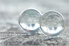 2つ並んだ丸いビー玉の写真