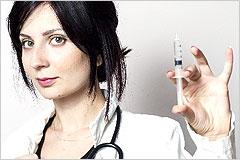 片手に注射器を持った女医の写真