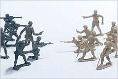 向い合って戦っているミニチュア兵士の写真