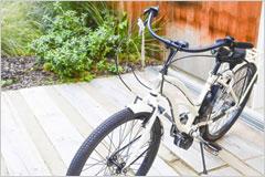 テラスに停められた自転車の写真