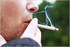 タバコを吸っている男性の横顔の写真
