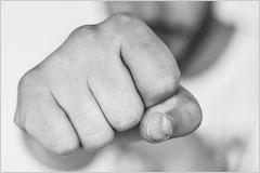 男性の拳の写真